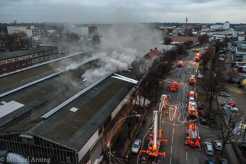 In einer etwa 40 mal 30 Meter groß Lagerhalle verbrannten ca. 3.000 Kubikmeter Metall- und Kunststoffteile unter tiefschwarzer Rauchentwicklung.