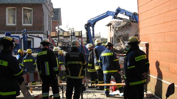 Stundenlang trugen die Rettungskräfte Schicht für Schicht die Trümmer ab.