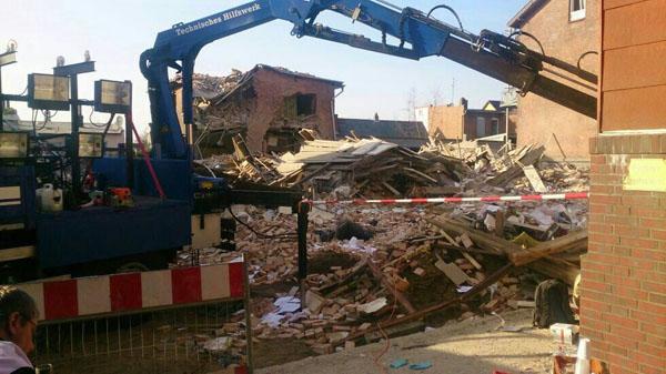 Von dem Mehrfamilienhaus in der Schützenstraße 3 blieb nur ein Trümmerhaufen übrig. Etliche umliegende Häuser sind so stark beschädigt, dass die Bewohner sie vorerst nicht mehr betreten dürfen.