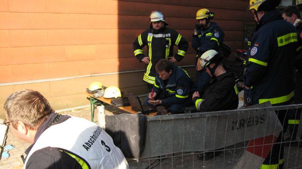 Die Fachhelfer aus Hamburg-Nord setzten unter anderem auch das Bioradar der Hamburger Feuerwehr ein.