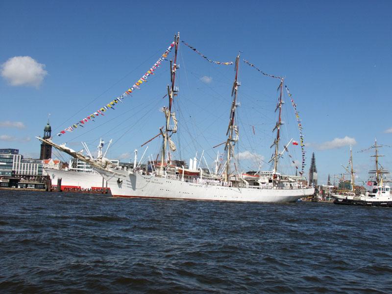 Am Sonntag schloss die Auslaufparade die Feiern ab. Rund 300 Schiffe fuhren bei Sonnenschein elbabwärts an den Zehntausenden an den Landungsbrücken vorbei.