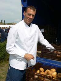 Sebastian Jahn unterstützte das Küchenteam und half bei der Essensausgabe.