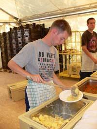 Ewe Prinz unterstützte das Küchenteam und half bei der Essensausgabe.