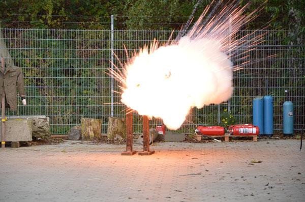 Mehrere Böller explodieren gleichzeitig in der Jackentasche.