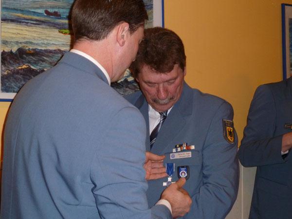 Für sein herausragendes Engagement und seine Verdienste um das THW erhielt Dietwald Jager das THW-Ehrenzeichen in Silber.