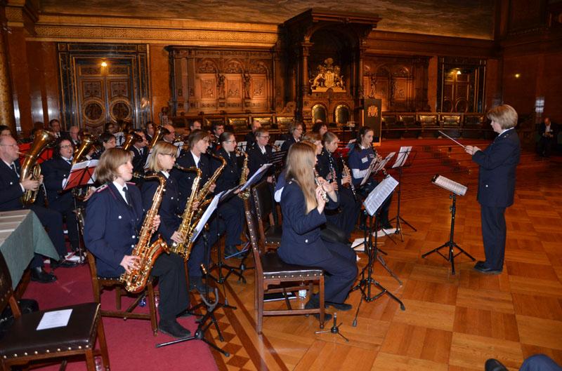 Der Senatsempfang wurde musikalisch von Musikerinnen und Musikern der Musikzüge der Freiwilligen Feuerwehr begleitet.