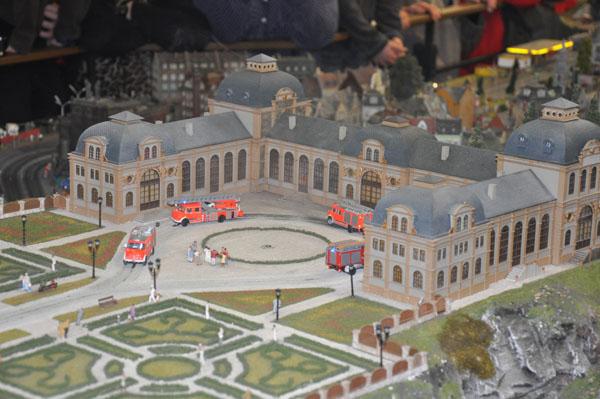 Die zahlreichen Feuerwehrfahrzeuge in Knuffingen fahren alle zehn Minuten zu einem Feuerwehreinsatz.