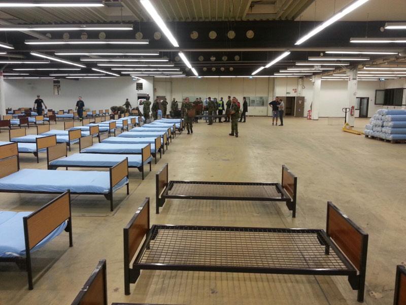 Am Ziel im Bargkoppelstieg wurde sofort mit dem Aufbau begonnen. Wo ehemals Waren eines der größten Outdoor-Händler in Europa lagerten, wohnen demnächst Flüchtlinge.