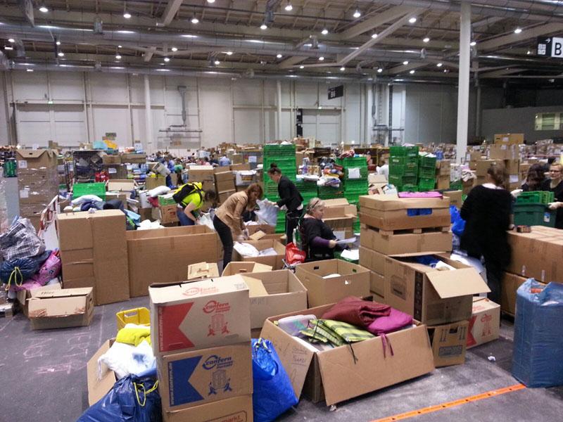 Die Sammlung der Sachspenden in Halle B7 wird von freiwilligen Bürgern organisiert und begleitet.