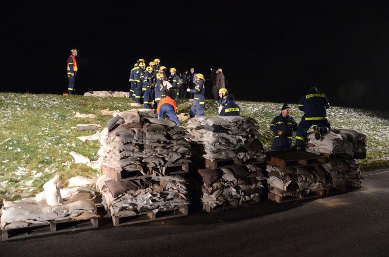 Vertragsfirmen transportieren die Sandsäcke von den Deichverteidigungsdepots zu den Einsatzstellen am Deich.