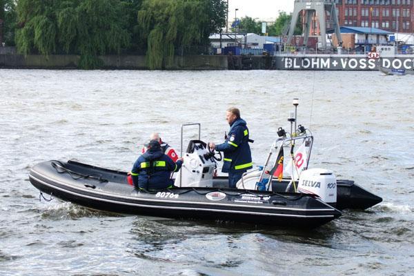 Helfer unseres Ortsverbandes patrouillieren entlang der Landungsbrücken.