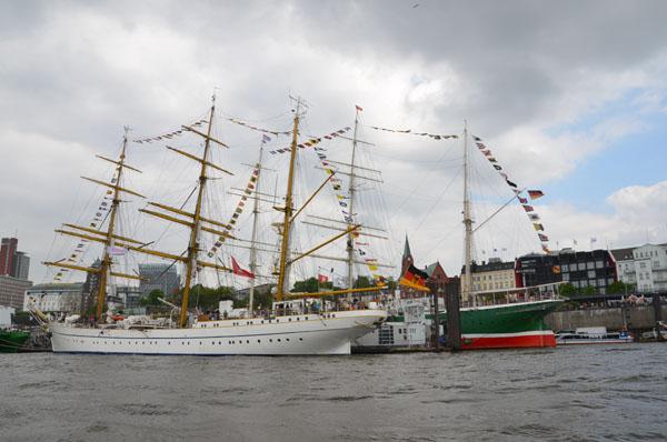 """1,5 Millionen Besucher feierten den Hafengeburtstag. Allein 90.000 Menschen wurden als Besucher auf den Schiffen gezählt – das Programm """"Open Ship"""" kam gut an. Auf der """"Gorch Fock"""" wollten laut Bundeswehr rund 12.000 Neugierige einen Rundgang machen. Manche warteten darauf bis zu drei Stunden."""