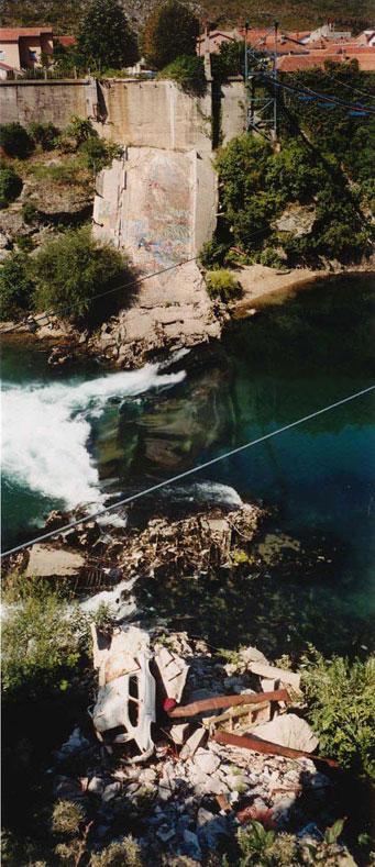 Zerstörte Brüche über den Fluss Neretva