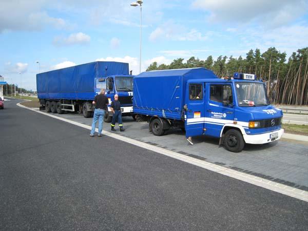 In diesem Jahr waren wir mit 2 Fahrzeugen unterwegs. Einer Zugmaschine des Ortsverbandes Hamburg-Mitte mit einem Auflieger, den uns der Länderverband geliehen hatte und dem MTW unseres Ortsverbandes.