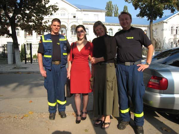 Sven, Stela, Marlu und Walter vor dem Zollamt in Chisinau.