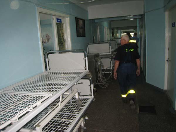 Die soeben entladenen Krankenhausbetten stehen schon auf den Fluren der Stationen.