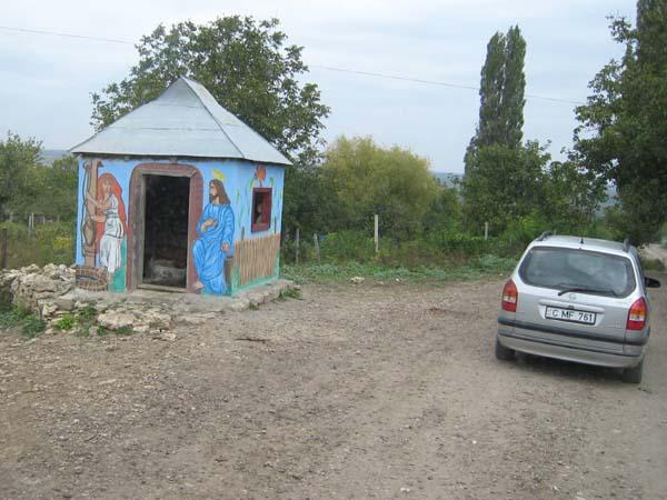 Ein typischer Dorfbrunnen. Wasser aus dem Wasserhahn gibt es nur in Städten. In Dörfern gibt es in regelmäßigen Abständen Brunnen, aus denen die Dorfbewohner ihr Wasser entnehmen.