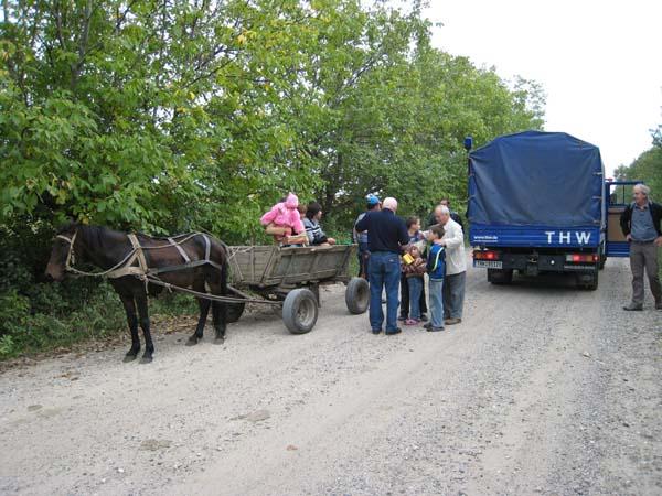 Ein Pferdewagen mit Kindern. Auch hier können wir mit unseren Wichtelpäckchen viel Freude auslösen.