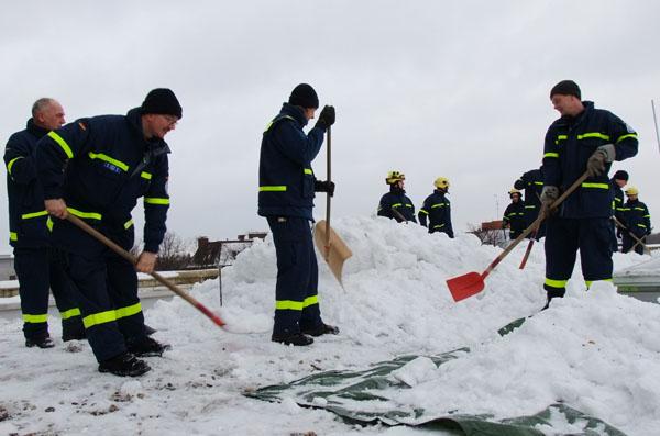 Die Helfer griffen zu Schaufeln und Schneeschiebern...