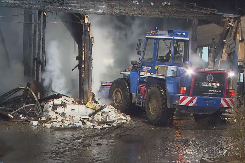 Mit dem Radlader wurde das Brandgut aus der Halle gefahren...