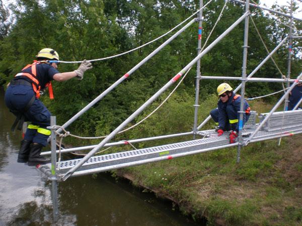 Die 2. Bergungsgruppe des 1. TZ baute in Zusammenarbeit mit unsere Fachgruppe Räumen eine 15 lange Brücke mit Hilfe des Einsatz-Gerüst-Systems.