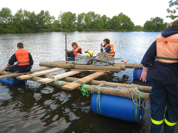 Die 1. Bergungsgruppen der beiden Züge arbeiten im Wettkampf. Aufgaben waren mit Hilfe von gestelltem Material ein Floß zu bauen, mit dem alle Helfer das andere Ufer erreichen konnten.