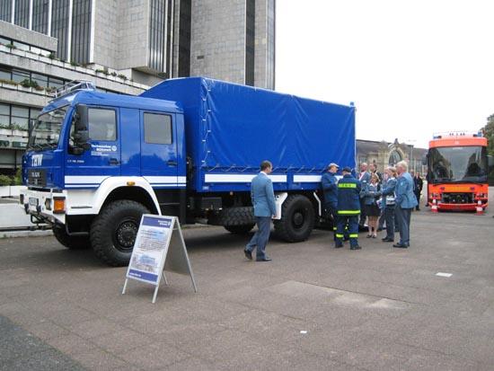 Vor der Tür werden Fahrzeuge und Technik präsentiert.