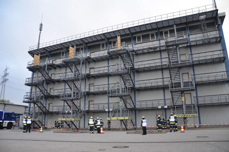 Eine beschädigte Treppe musste abgestützt und eine verletzte Person au einer Höhe gerettet werden.