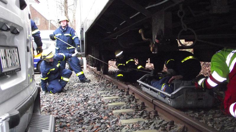 """Am Ende wurde noch eine """"verunfallte"""" Person unter dem Waggon gerettet."""