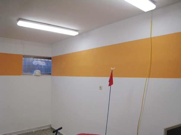 Alles wurde weiß gestrichen und im Anschluss mit einem orangefarbenem Streifen in Höhe der Fenster versehen.