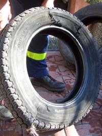 Defekter Reifen, in Polen kaufen wir einen neuen.