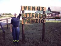 "Erich vor der Pension ""Venus Etterem Panzio"" in Ungarn."