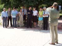 Offizielle Übergabe der humanitären Hilfsgüter vor dem Rathaus.