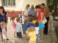 Verteilung der Wichtelpackete im Kinderheim.