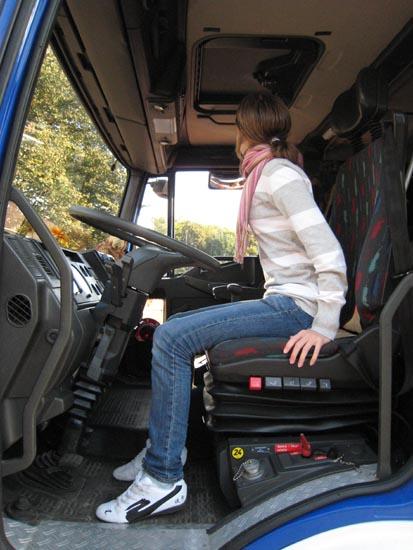 Jeder Schüler durfte aus der Sicht eines Lkw-Fahrers die Lage vom Fahrersitz aus beurteilen.