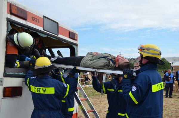 Verletzte mussten aus einem vollbesetzter Bus gerettet werden.