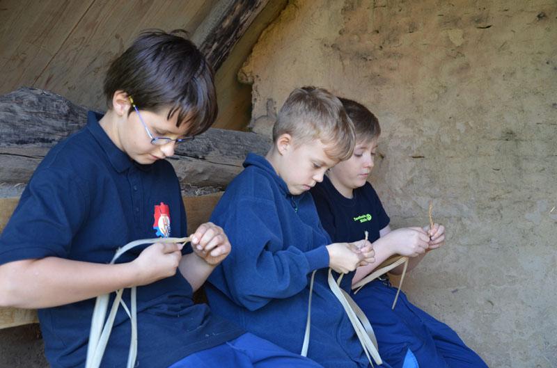 Aus der Rinde der Linde werden Seile geflochten.