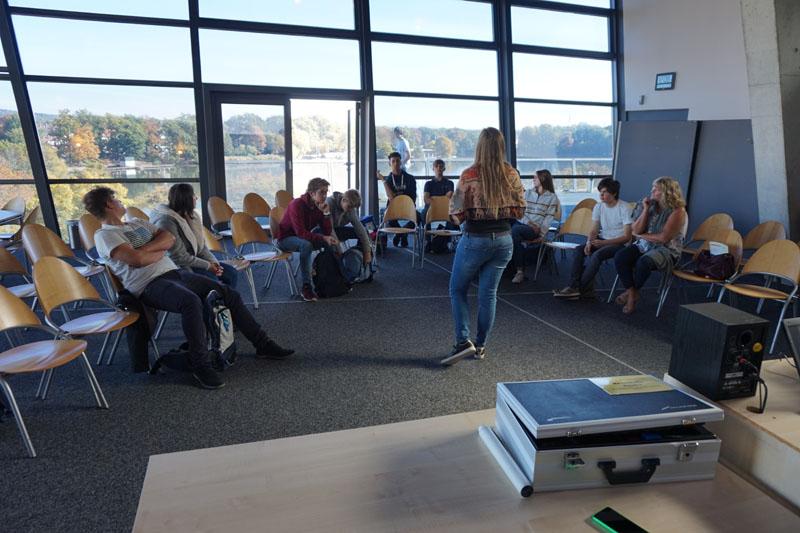 Aufgeteilt in zwei Gruppen wurden Themen wie die Macht der Bilder oder Jugend zwischen Anpassung und Widerstand bearbeitet.