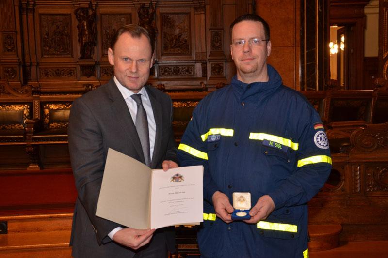 Medaillen in Silber überreichte der Innensenator an Einsatzkräfte mit 15 Jahren ehrenamtlichen Engagement.
