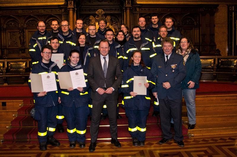 Die ausgezeichneten Helfer des Ortsverbandes Hamburg-Nord mit Senator Andy Grote.