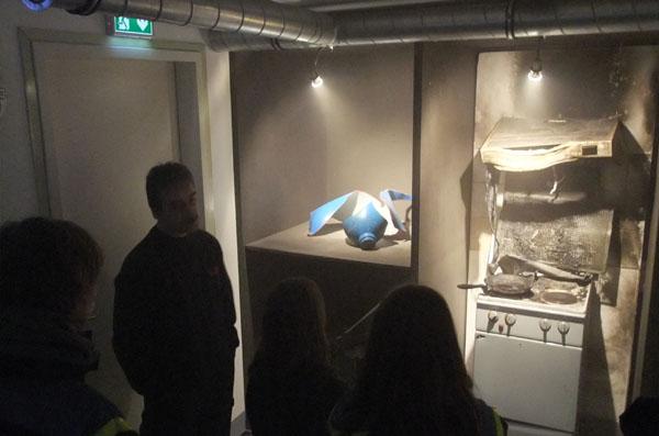 Im Rauchraum wurden zunächst reale Brandexponate besichtigt.