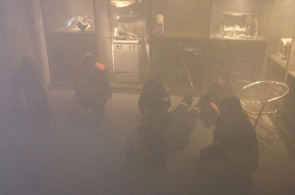 Der Raum wurde eingenebelt und das richtige Verhalten nach einem ausbrechendem Brand vermittelt.