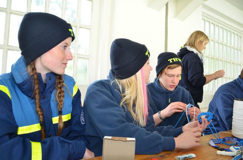 Beim Workshop wurden Armbänder und Schlüssel-Anhänger geflochten.