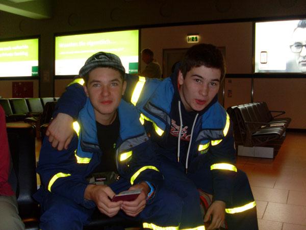 Janik und Rasmus am Flughafen.