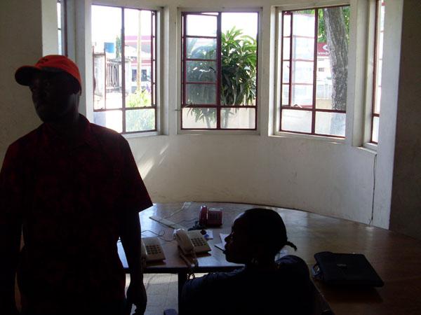 Die Notrufzentrale, hier werden alle Notrufe angenommen. Die meisten Menschen rufen die einzige kostenlose Rufnummer in Tansania jedoch nur an, um ihr Handy auszuprobieren. Von den 1000 Anrufen am Tag sind nur 2 echte Notrufe.