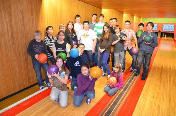 Fast die gesamte Jugendgruppe trat zum Bowling an.