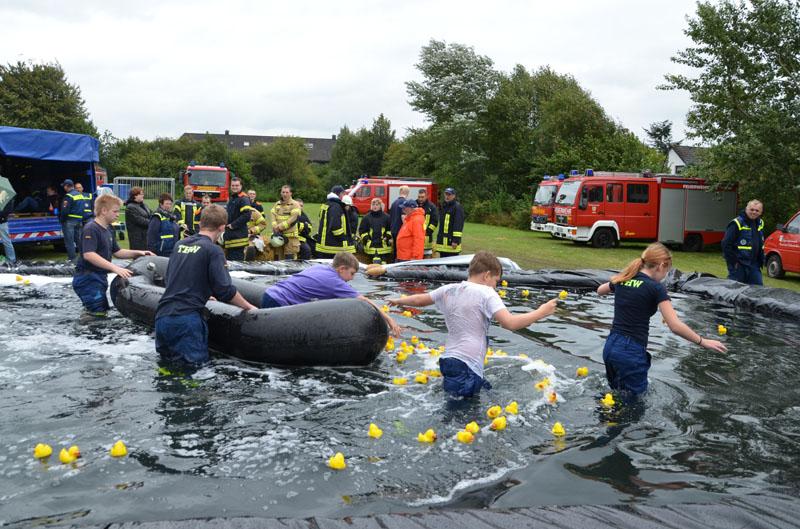 Letzte Aufgabe am Ziel. 5 Helfer musste das Wasserbecken überqueren, einer davon musste so viele markierte Enten wie möglich einsammeln.