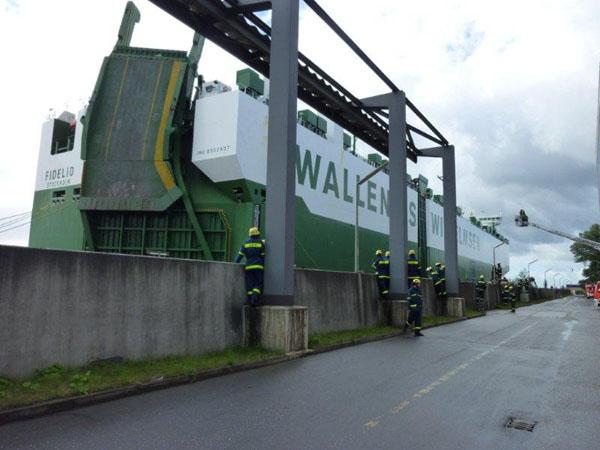 "Der Autotransporter ""Fidelio"" am Anleger des Kraftwerks Wedel."