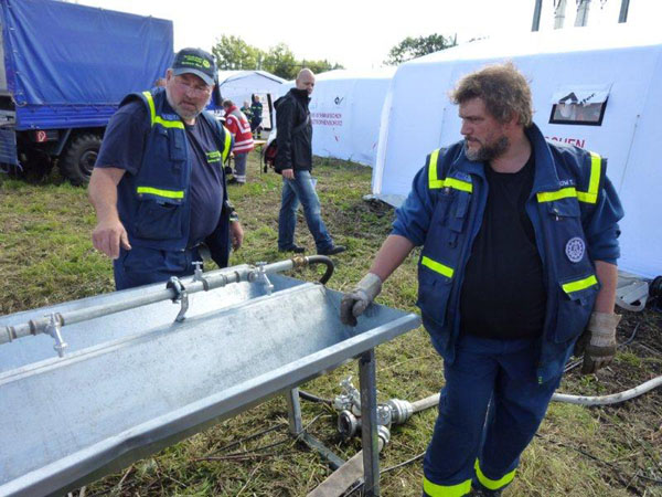 Die Fachgruppe Infrastruktur errichtet am mobilen Behandlungsplatz die Wasserver- und Entsorgung.
