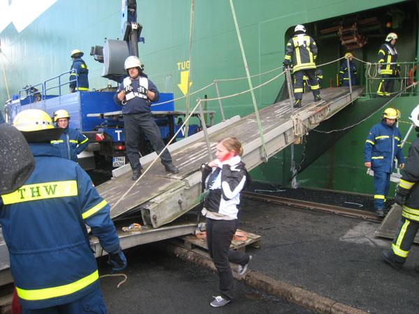 """Die """"Verletzten"""" werden über eine Rampe vom Schiff transportiert."""